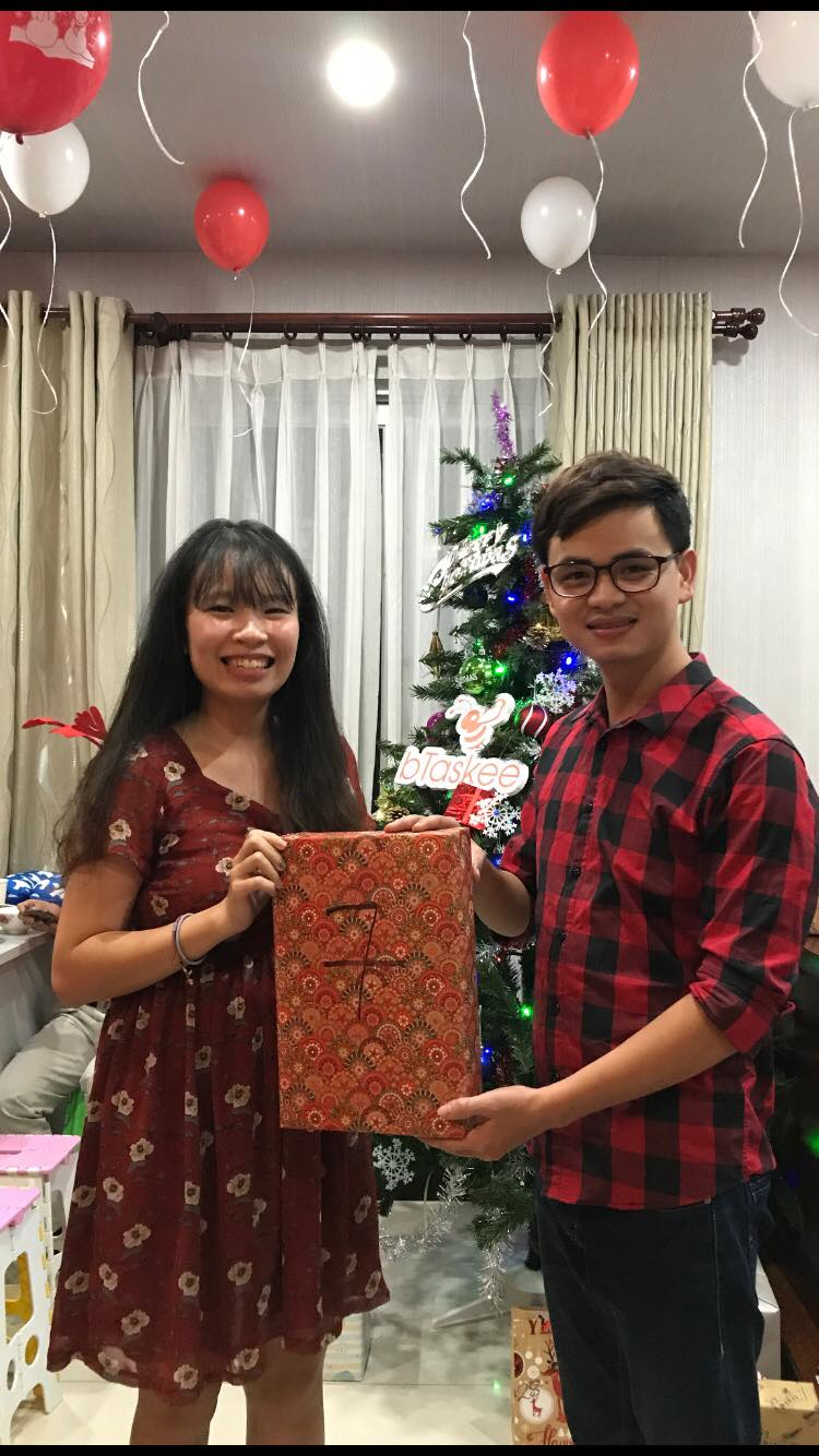 bTaskee-members-exchange-gifts-with-each-other-2