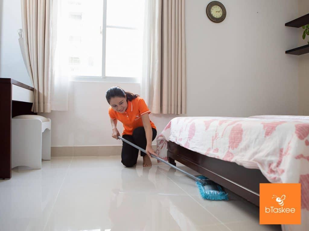 Nhân viên bTaskee đang giúp việc nhà ở chung cư