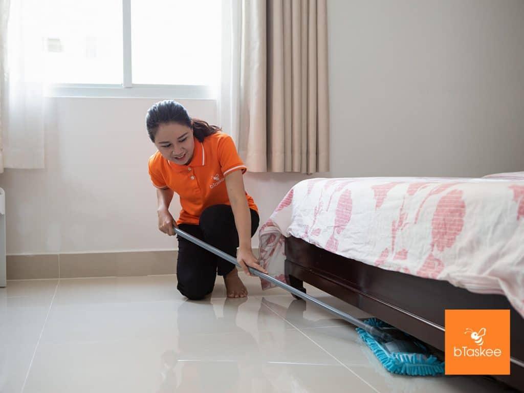 Đối tác bTaskee dọn dẹp phòng ngủ cho khách hàng