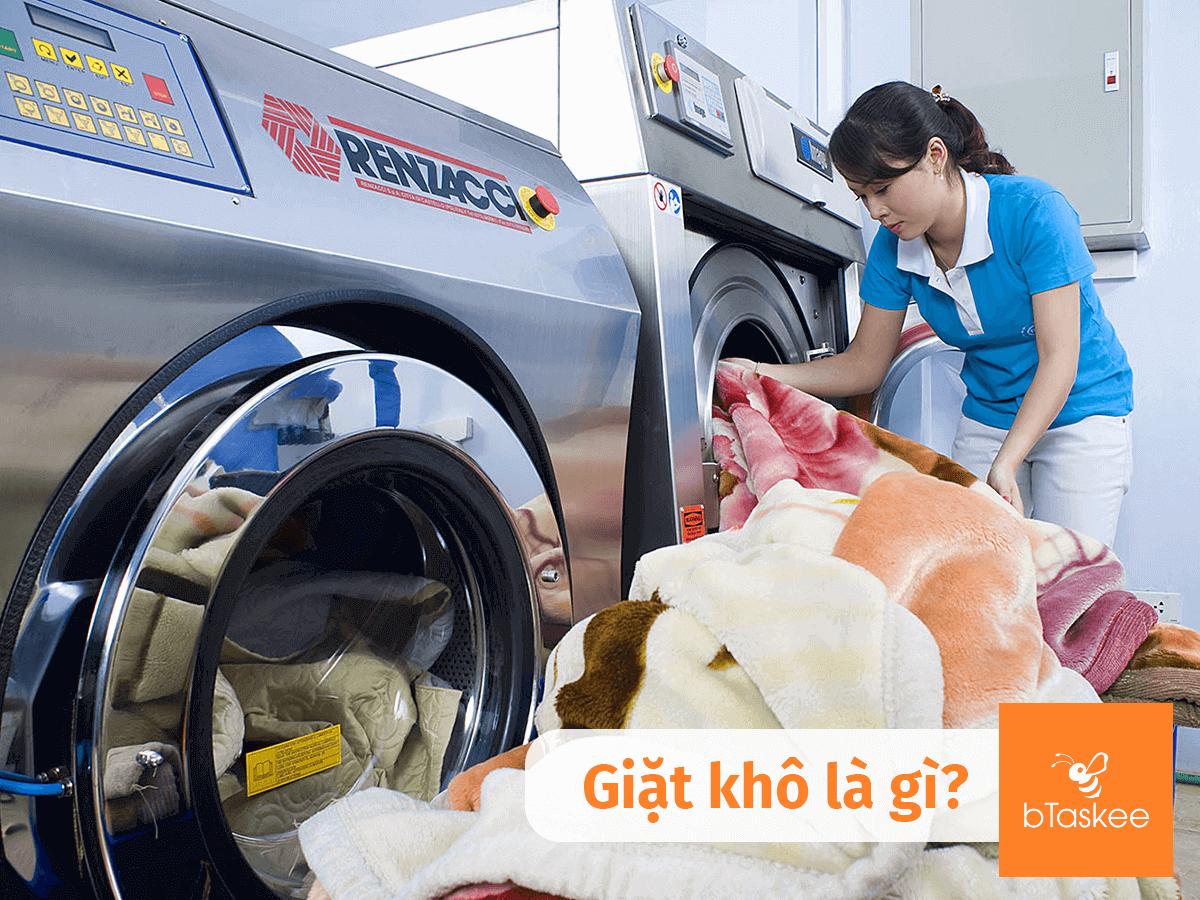 giặt khô tại tiệm giặt ủi