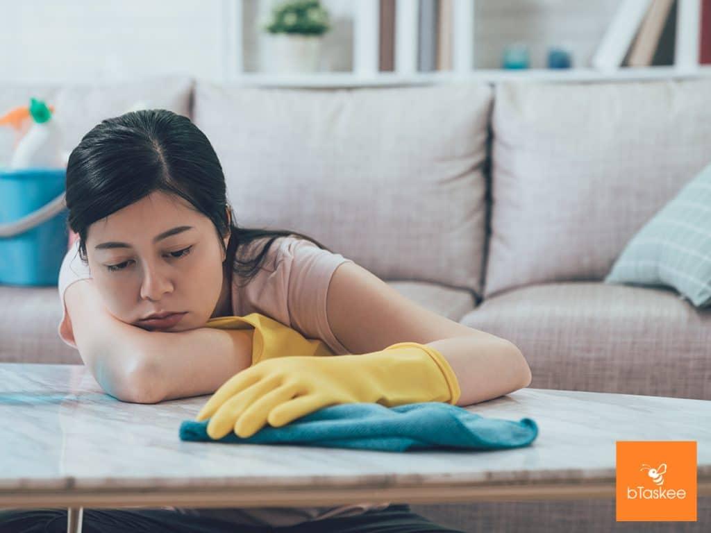cô gái đang chán nản với việc dọn dẹp nhà
