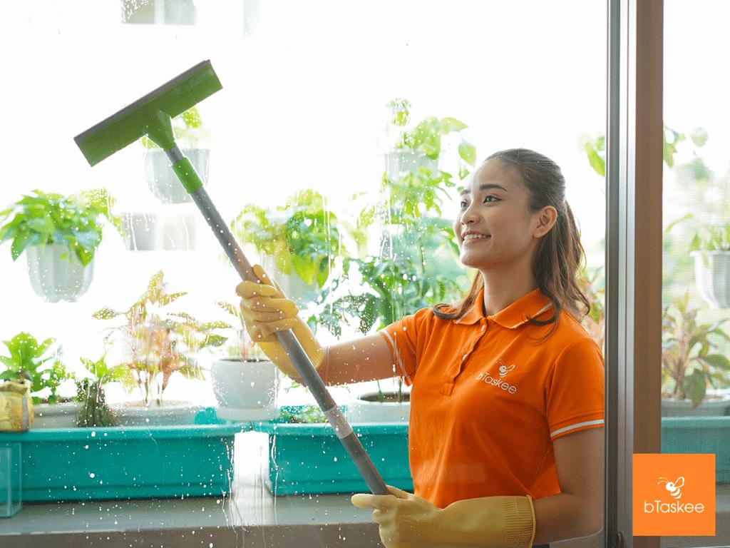 bTasker vệ sinh cửa kính cho khách hàng