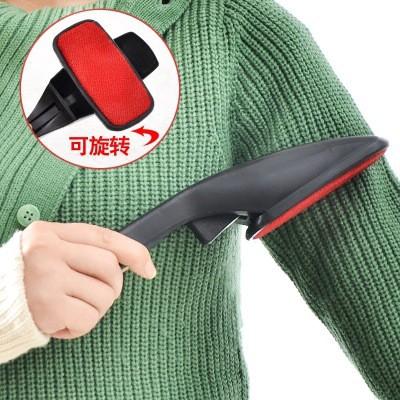 Treo áo len lên móc và đập nhẹ áo len cho bụi bay bớt ra.