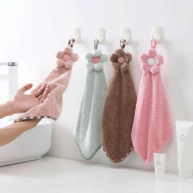 tay đang sử dụng khăn lau tay ngoài ra còn 3 chiếc khăn khác