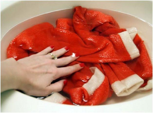 Cho áo len vào nước lạnh ngâm