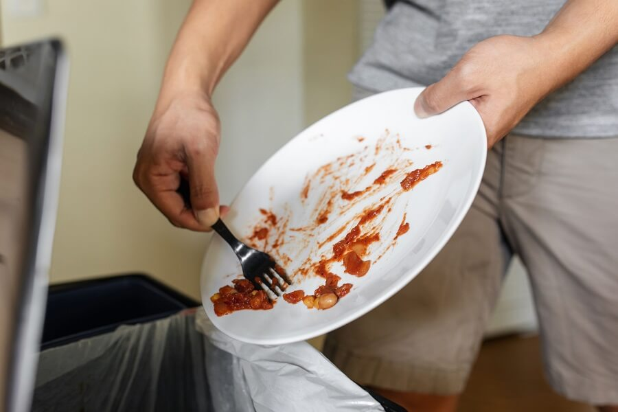 Dọn vết bẩn trên chén dĩa trước khi rửa