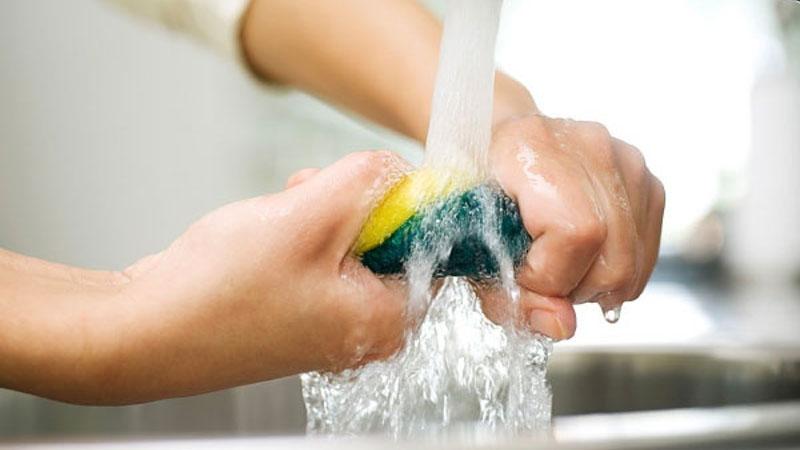 dùng tay vắt miếng rửa chén