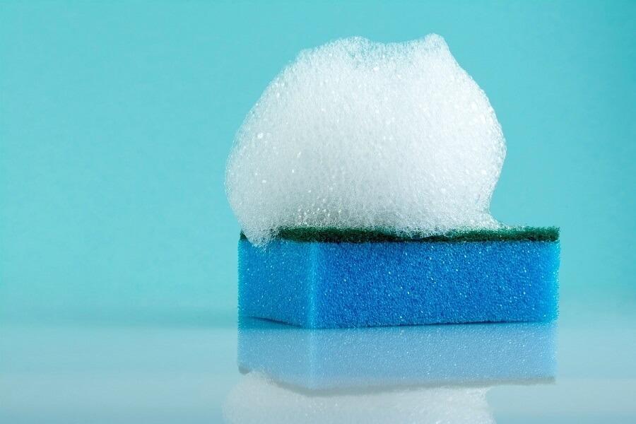 Chọn miếng rửa chén tạo bọt nhiều giúp bạn tiết kiệm nước rửa chén