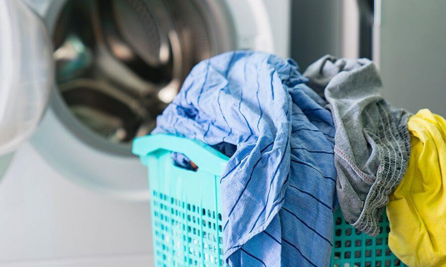 Phân loại quần áo trước khi giặt đồ cho trẻ sơ sinh