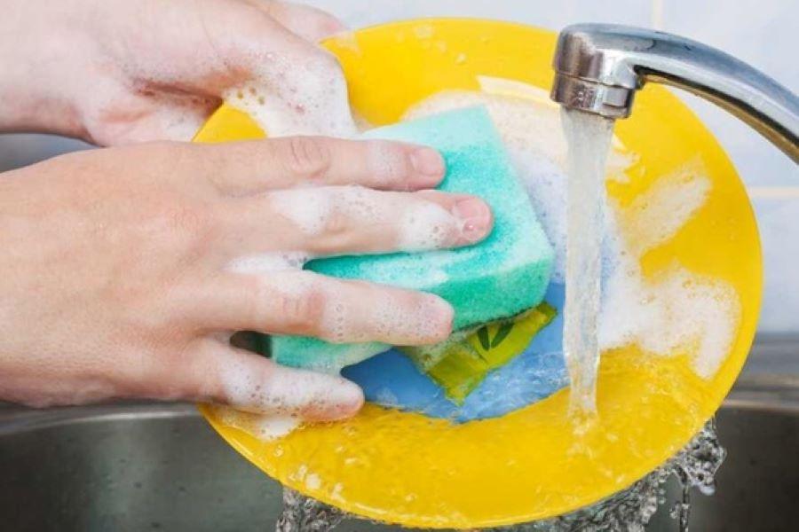 rửa chén bằng miếng bọt biển