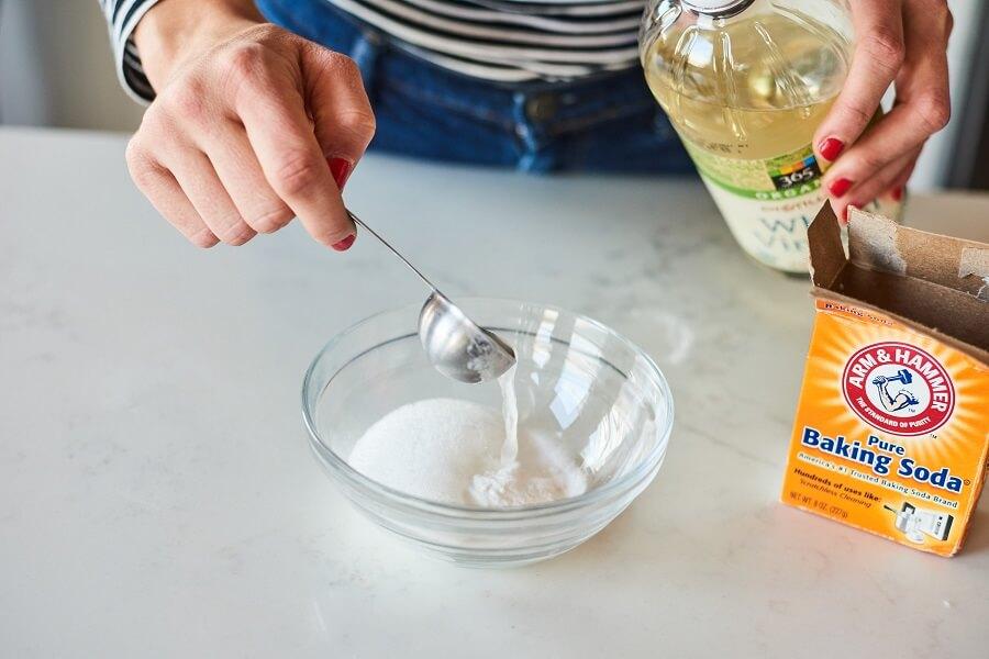 Tẩy vết nước chè trên nền gạch bằng baking soda và giấm