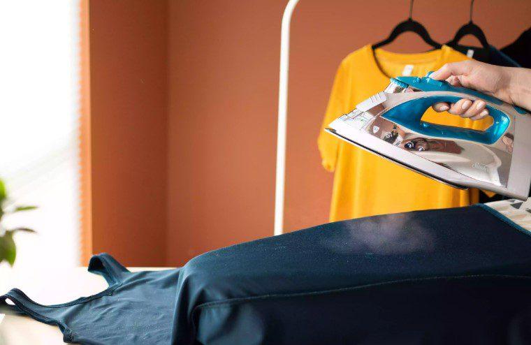 Ủi vải nhung bằng bàn ủi hơi nước