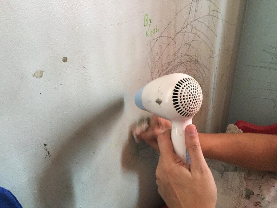 Sử dụng máy sấy tóc để làm sạch vết bẩn trên tường