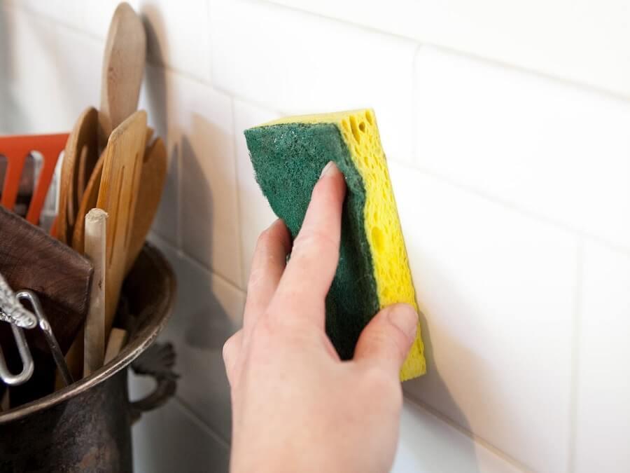 Cách tẩy vết bẩn trên tường bằng nước rửa chén