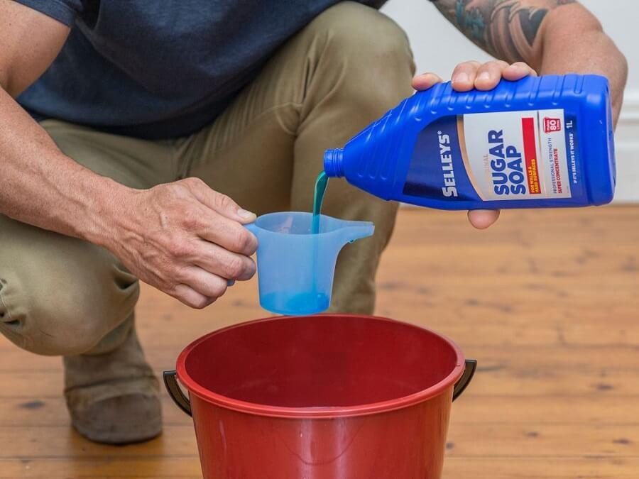 Tẩy vết nấm mốc trên tường bàn xà phòng