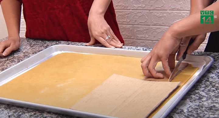 Dùng dao cắt tạo hình cho bánh (Nguồn: VTC14)