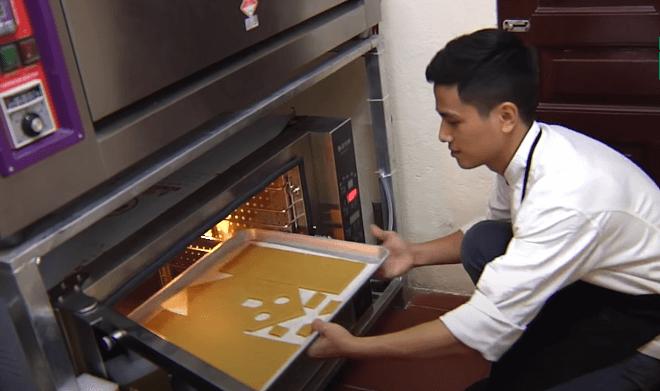 Cho bánh sau khi đã tạo hình vô lò nướng (Nguồn: VTC14)