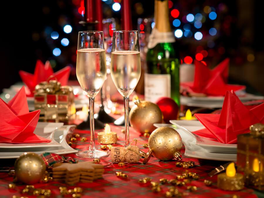 trang trí bàn tiệc bằng các món quà