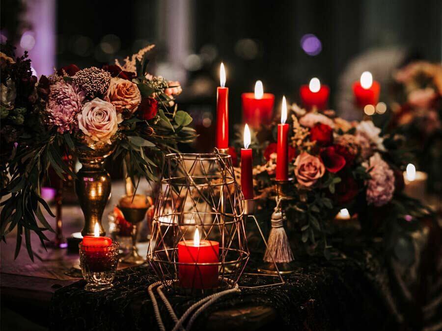 trang trí bàn tiệc bằng hoa và nến