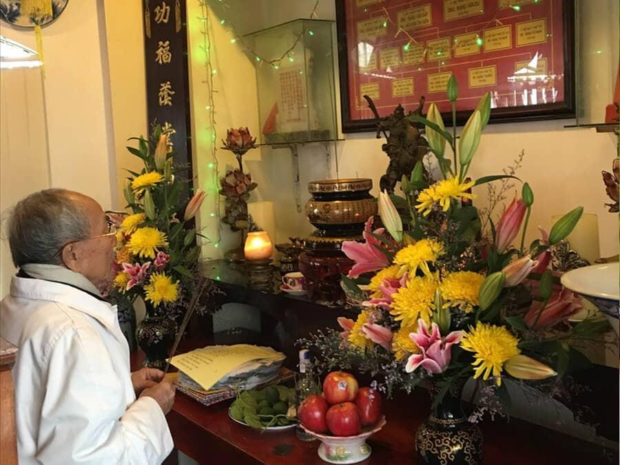 Lau bàn thờ ngày Tết truyền thống