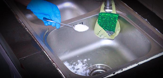 Mẹo vặt dùng bột bakingsoda làm sạch bồn rửa chén