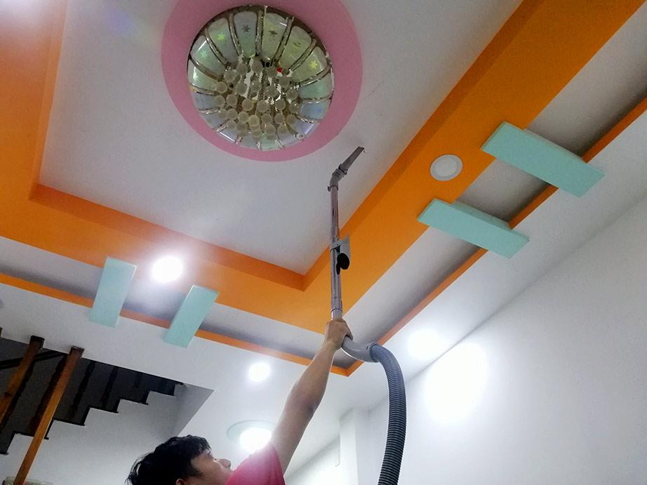 dùng máy hút bụi để lấy mạng nhện trên cao không