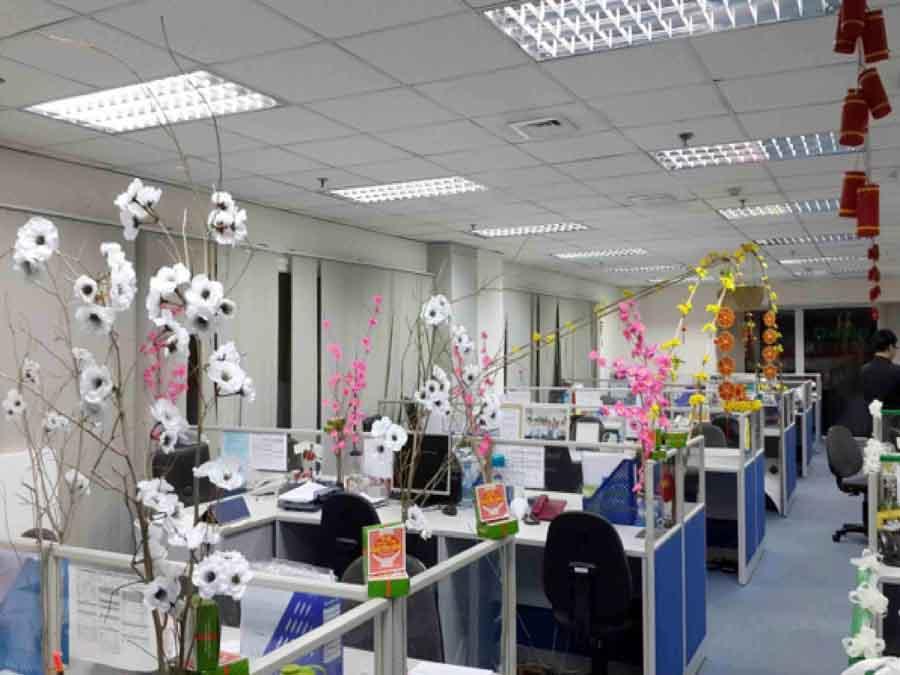 hoa giả trang trí Tết văn phòng