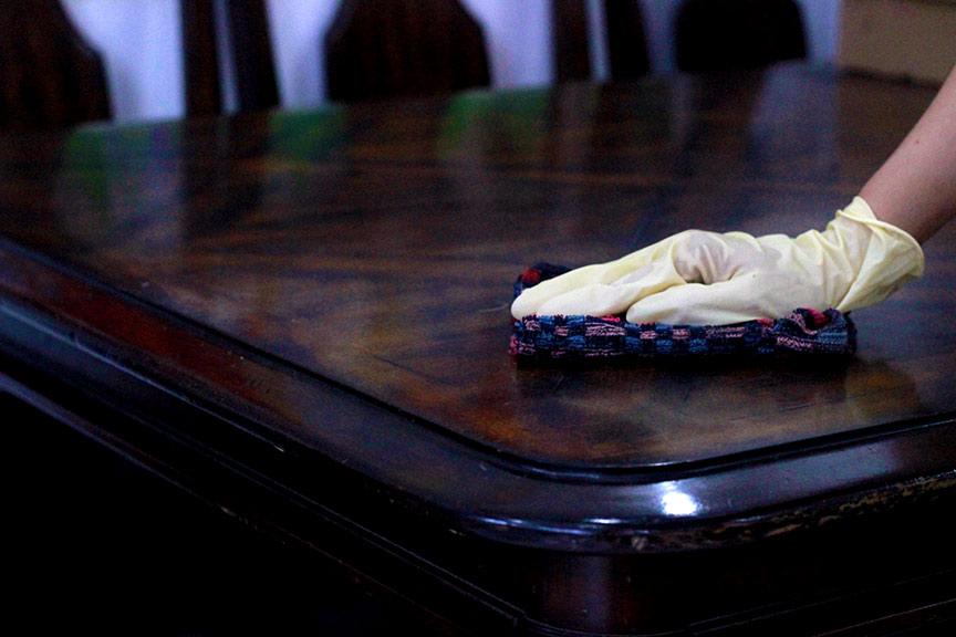 Lau chùi bề mặt gỗ như bàn