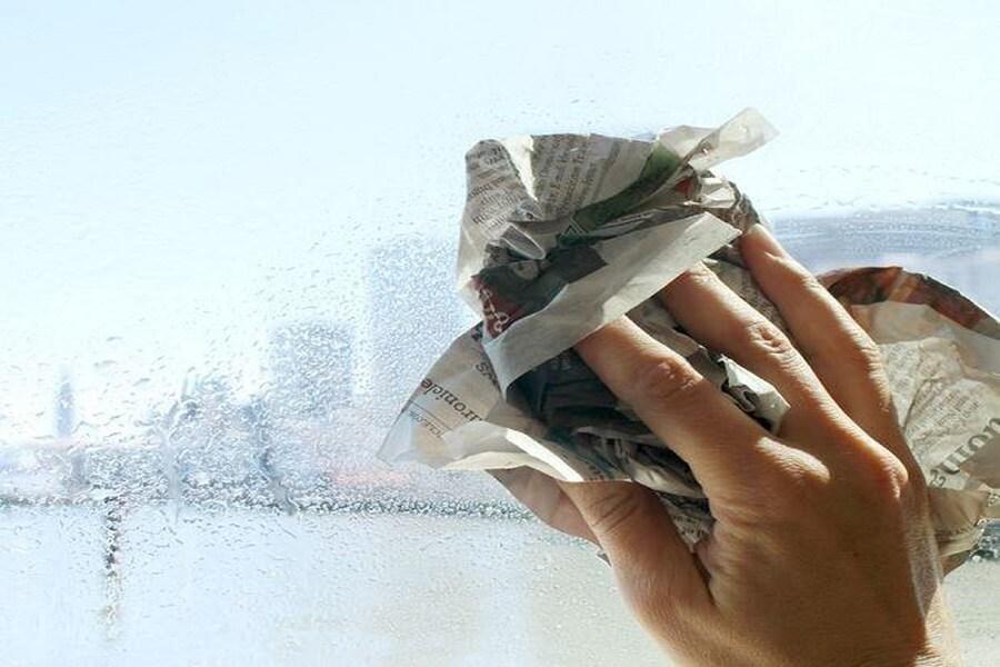 cách lau kính sạch bằng giấy báo