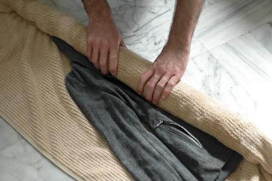 cuộn quần áo vào khăn giúp nhanh khô