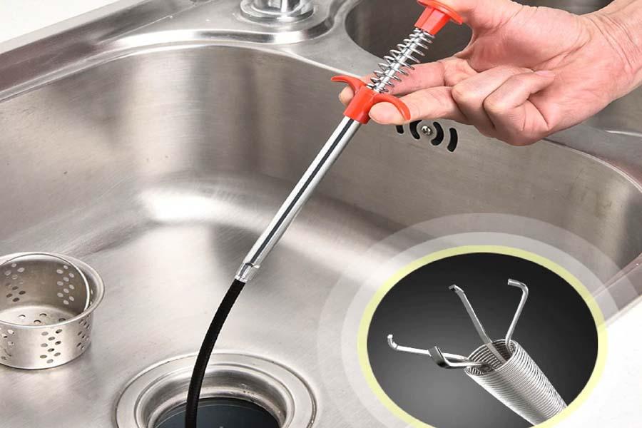 Thông tắc bồn rửa bát bằng dụng cụ dây thống cống lò xo