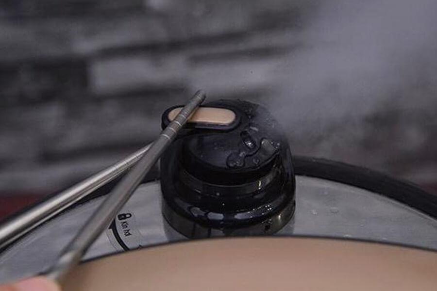 dùng đũa mở van thoát khí