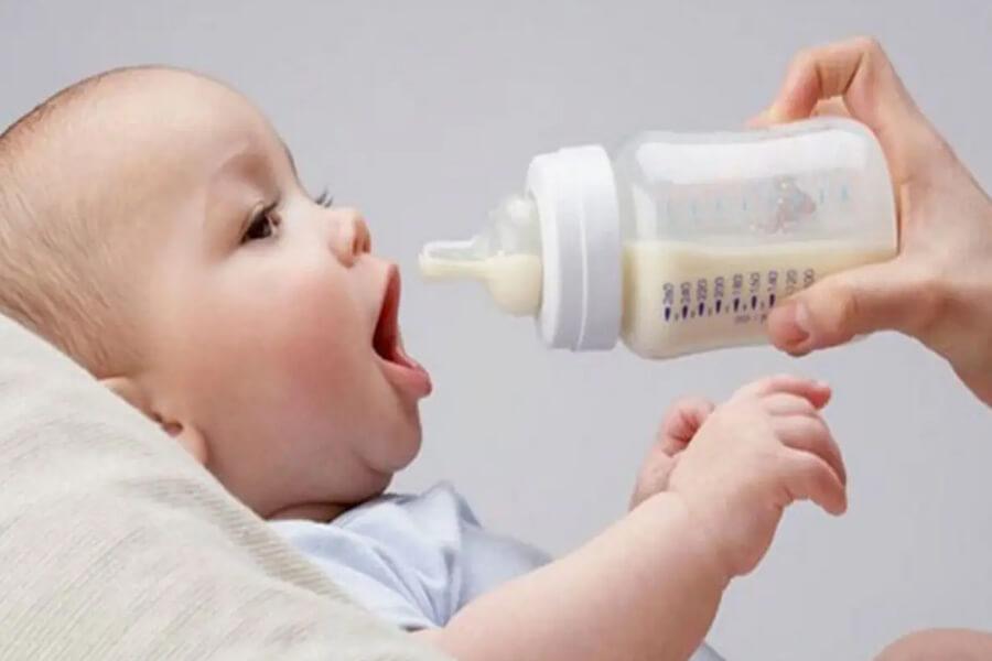 em bé bú sữa