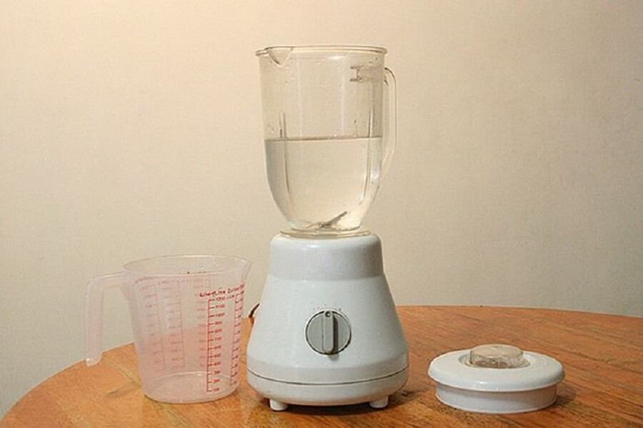 làm sạch máy xay sinh tố với nước ấm