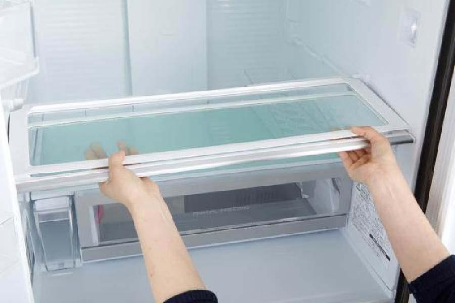 lấy khay tủ lạnh
