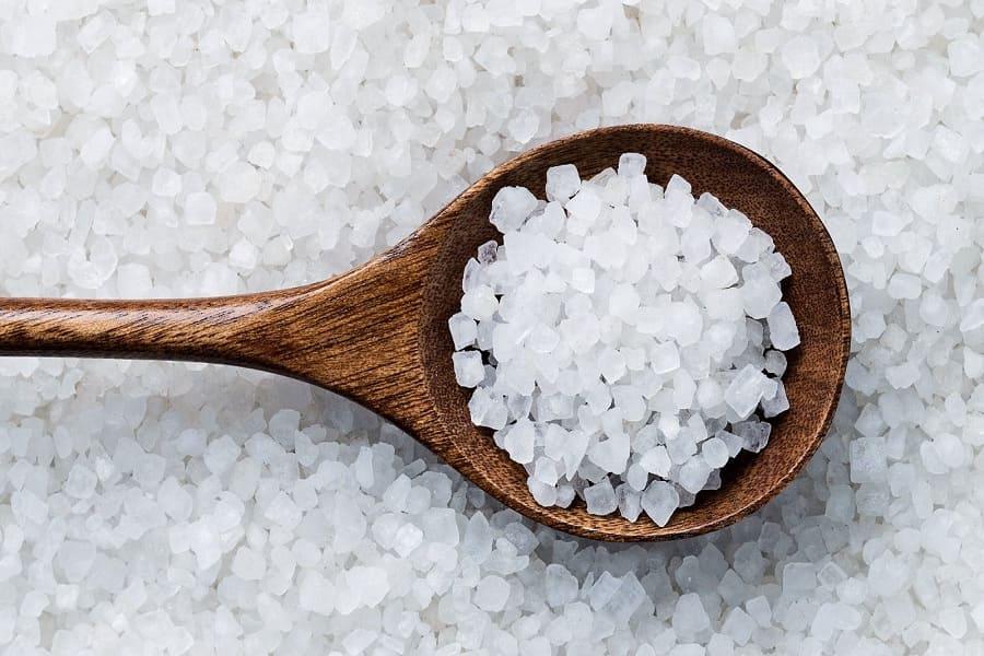 muối hạt làm sạch vết bẩn đồ sứ