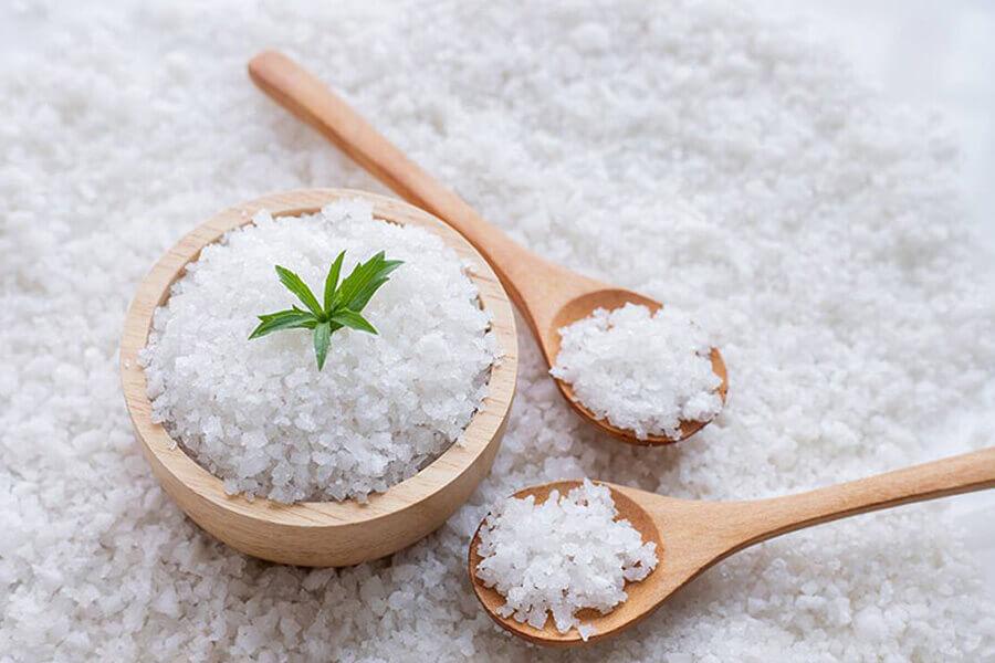 muối trắng giúp khử mùi sơn nhà mới hiệu quả