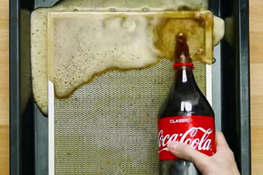 ngâm lưới lọc dầu mỡ với coca