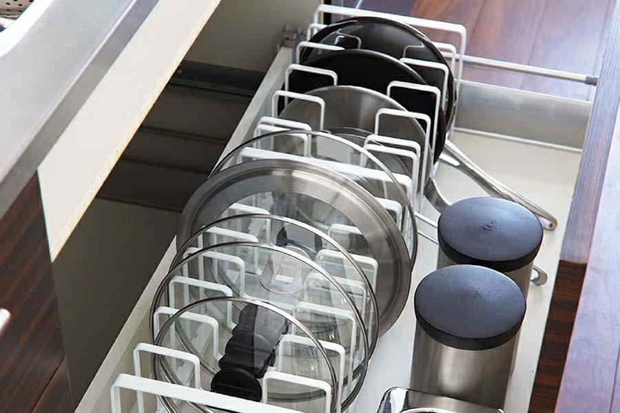 sắp xếp dụng cụ bếp theo chiều dọc