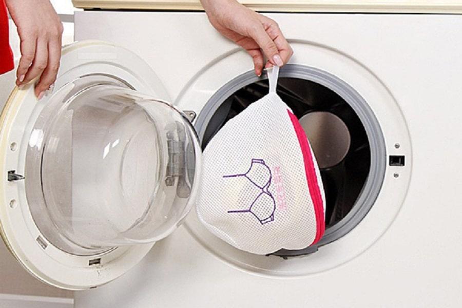 mẹo vặt giúp giữ dáng áo bằng túi giặt