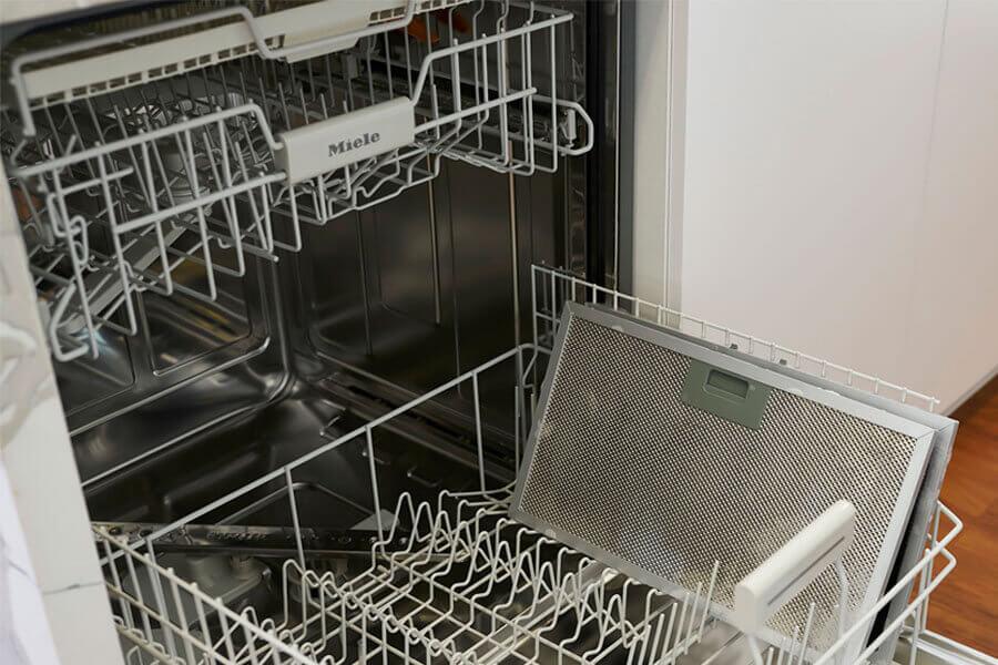 vệ sinh lưới lọc bằng máy rửa chén