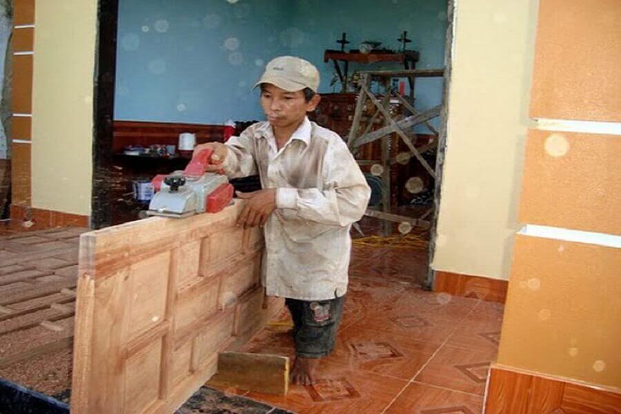 Sửa cửa gỗ bị xệ bằng cách cắt hoặc bào đi góc dưới cùng của cửa