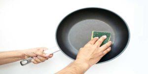 Làm sạch bên ngoài chảo chống dính