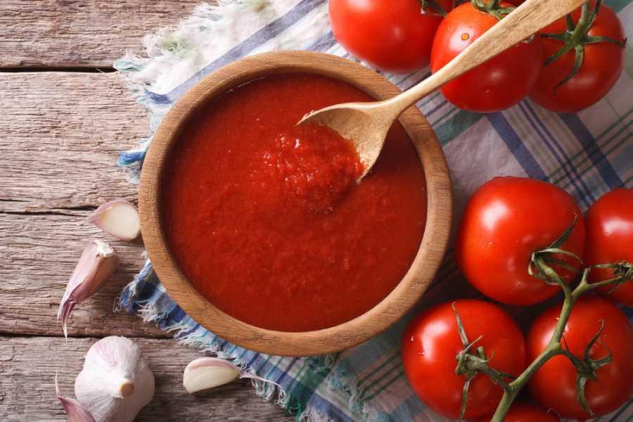 Sử dụng nước sốt cà chua để làm sạch chảo chống dính