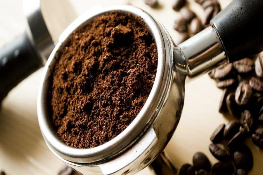 cách vệ sinh nồi chiên không dầu với bã cà phê