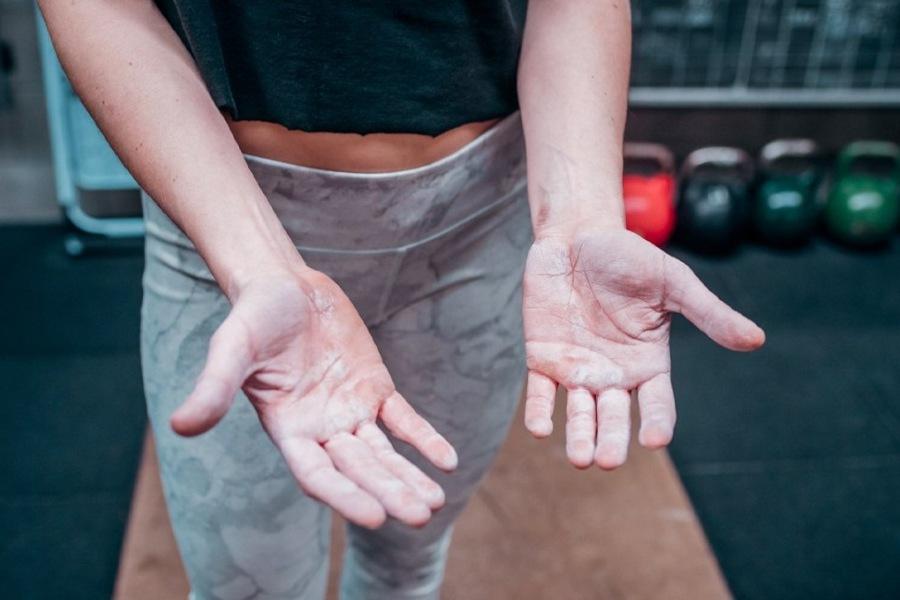 bàn tay nhăn nheo vì chất tẩy rửa