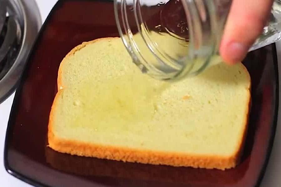 bánh mì và giấm khử mùi thùng rác