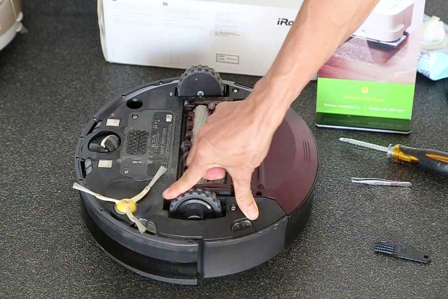 vệ sinh bánh xe robot hút bụi