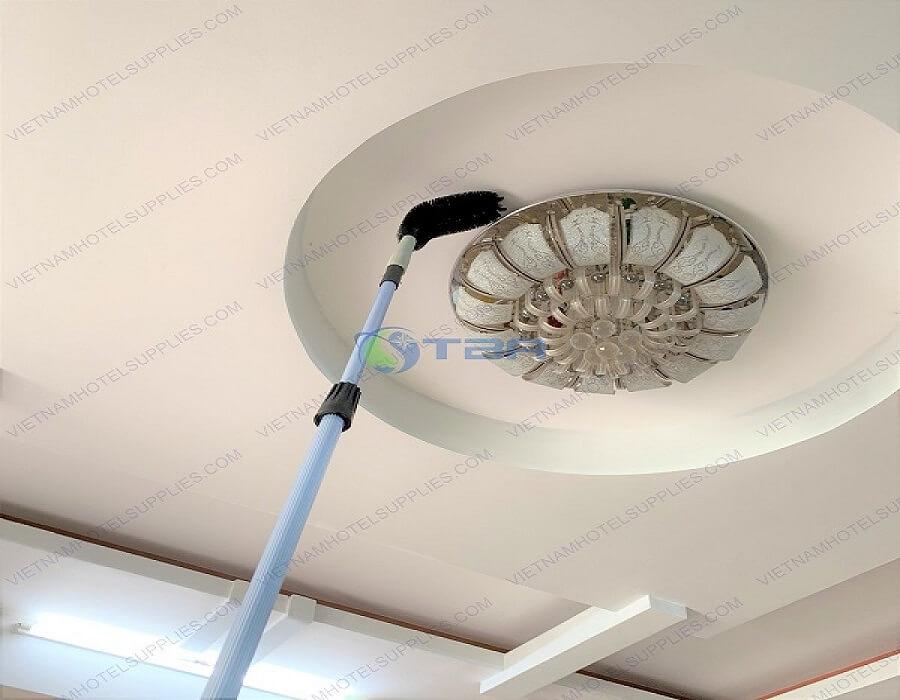 Quét mạng nhện bằng chổi quét trần nhà
