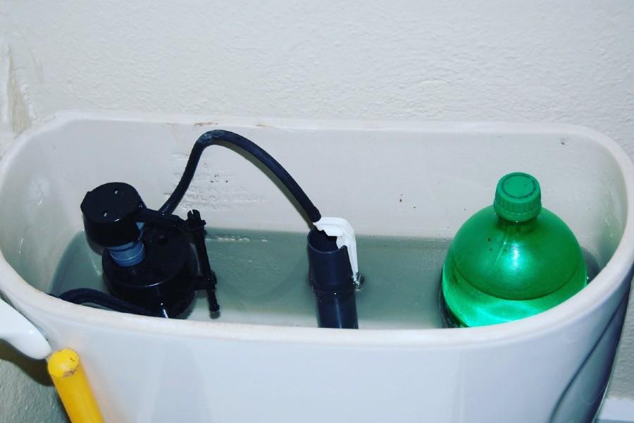 đặt chai nước vào bồn cầu
